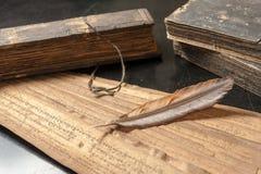 Trattato antico con la piuma di uccello fotografia stock