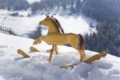 Tratteggiando attraverso la neve immagini stock libere da diritti