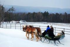 Tratteggiando attraverso la neve fotografie stock libere da diritti