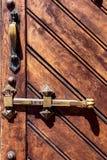 Tratti e bullone di vecchia porta di legno Fotografie Stock Libere da Diritti