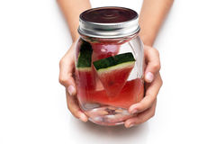 Tratti la bevanda deliziosa un vetro dell'anguria fresca Immagini Stock Libere da Diritti
