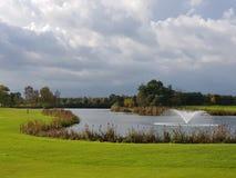 Tratti navigabili e verdi del campo da golf di golf Fotografie Stock Libere da Diritti