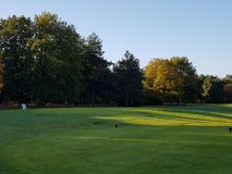 Tratti navigabili e verdi del campo da golf di golf Immagine Stock