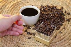 Trattilo con caffè su una corda della iuta Fotografia Stock