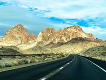 Tratto d'avvolgimento lungo della strada principale del deserto senza traffico immagine stock libera da diritti