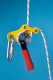 Tratto discendente sulla corda con carabiner Fotografia Stock Libera da Diritti