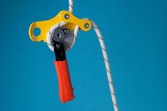 Tratto discendente sulla corda con carabiner Immagine Stock Libera da Diritti