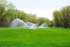 Tratto navigabile di terreno da golf che è innaffiato fotografie stock libere da diritti