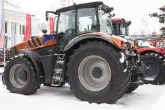 Trattore agricolo al giorno della neve di inverno Immagini Stock Libere da Diritti