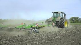 Trattore agricolo che ara campo Campo coltivato strumentazione agricola stock footage