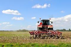 Trattore agricolo che ara lo sbarco Fotografia Stock