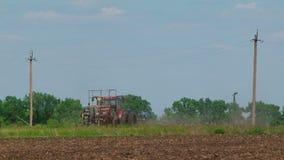 Trattore agricolo con i raccolti della semina della seminatrice dentro video d archivio