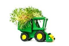 Trattore agricolo del giocattolo verde, raccogliendo, attrezzature agricole su un posto bianco del fondo per testo, isolato fotografie stock libere da diritti