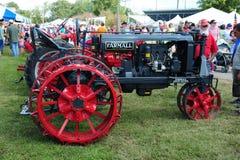 1925 trattore agricolo dell'oggetto d'antiquariato nero e rosso di Farmall Fotografie Stock Libere da Diritti