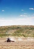 Trattore agricolo di agricoltura che ara nel archivato Immagine Stock