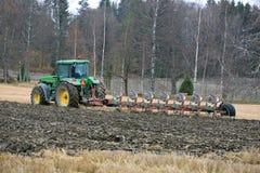 Trattore agricolo di John Deere 8100 ed aratro di Kverneland PB100 Immagini Stock Libere da Diritti