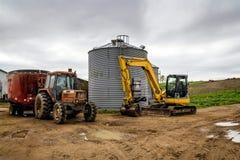 Trattore agricolo ed escavatore Immagine Stock