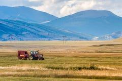 Trattore agricolo in valle della montagna Fotografia Stock Libera da Diritti