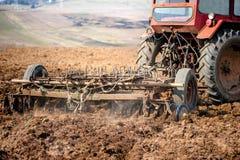 Trattore all'azienda agricola che lavora il campo Fotografia Stock