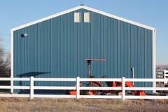 Trattore blu di colore rosso del granaio Fotografie Stock Libere da Diritti