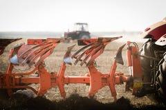 Trattore che ara i campi - preparare terra per la semina in autunno Immagini Stock Libere da Diritti