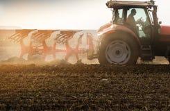 Trattore che ara i campi - preparare terra per la semina in autunno Fotografia Stock