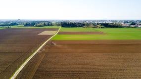 Trattore che ara i campi, vista aerea, arare, seminare, agricoltura del raccolto e coltivare, campagna Fotografie Stock