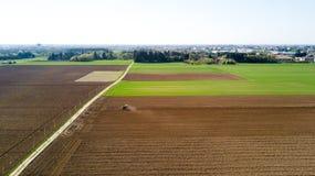 Trattore che ara i campi, vista aerea, arare, seminare, agricoltura del raccolto e coltivare, campagna Fotografia Stock Libera da Diritti