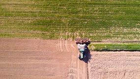 Trattore che ara i campi, vista aerea, arare, seminare, agricoltura del raccolto e coltivare, campagna Immagine Stock Libera da Diritti