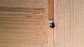 Trattore che ara i campi, vista aerea, arare, seminare, agricoltura del raccolto e coltivare, campagna Fotografia Stock