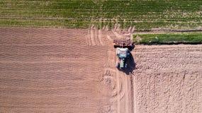 Trattore che ara i campi, vista aerea, arare, seminare, agricoltura del raccolto e coltivare, campagna Immagine Stock