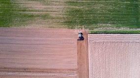 Trattore che ara i campi, vista aerea, arare, seminare, agricoltura del raccolto e coltivare, campagna Immagini Stock