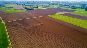 Trattore che ara i campi, vista aerea, arare, seminare, agricoltura del raccolto e coltivare, campagna Immagini Stock Libere da Diritti