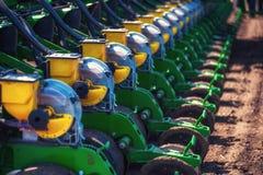 Trattore che ara il campo dell'azienda agricola in preparazione della piantatura della molla Fotografie Stock