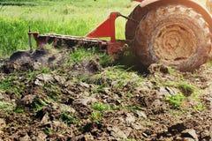 trattore che ara per piantare agricoltura Fotografia Stock