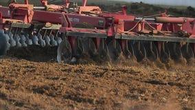 Trattore che ara suolo agricolo stock footage