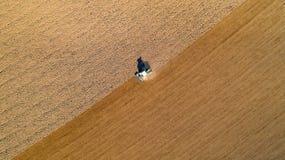 Trattore che ara un campo nella campagna francese Fotografie Stock