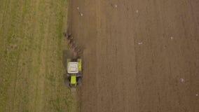 Trattore che ara un campo Video aereo Immagine Stock Libera da Diritti