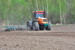 Trattore che coltiva suolo Fotografia Stock Libera da Diritti