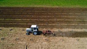 Trattore che funziona nei campi agricoli, vista aerea video d archivio