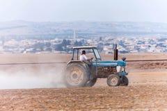 Trattore che funziona nell'agricoltura Fotografia Stock