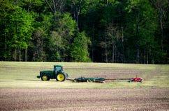 Trattore che ottiene un campo pronto in primavera Fotografie Stock