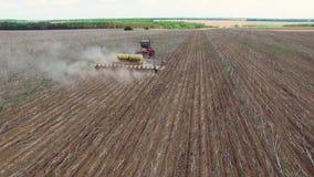 Trattore che prepara terra per la semina sedici file aeree, del concetto di coltivazione, semina, arante campo, trattore e il aut video d archivio