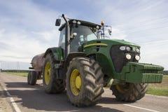 Trattore che rimorchia un carro armato del rimorchio con i fertilizzanti Immagini Stock Libere da Diritti