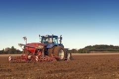 trattore che semina in un campo Fotografia Stock Libera da Diritti