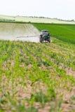 Trattore che spruzza, agricoltura Fotografia Stock