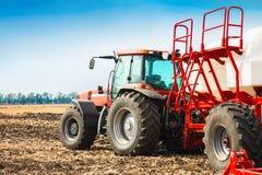 Trattore con i carri armati nel campo Macchinario agricolo e coltivare Fotografia Stock Libera da Diritti
