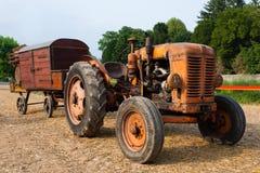 Trattore con il vagone dell'azienda agricola fotografia stock libera da diritti