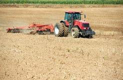 Trattore d'aratura sul lavoro di coltura del campo Immagini Stock Libere da Diritti