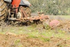 Trattore di agricoltura che ara la Sardegna Fotografia Stock